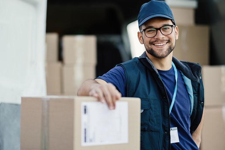 Usmiechnięty mężczyzna trzyma rękę napaczce