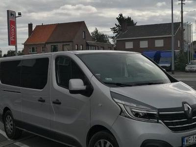 Biały bus marki Renault